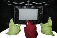 Zwarte tent met zitzakken, bioscoopscherm en geluidsysteem