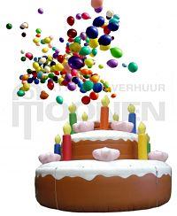 Opblaasbare taart met ballonnen voor viering van een verjaardag